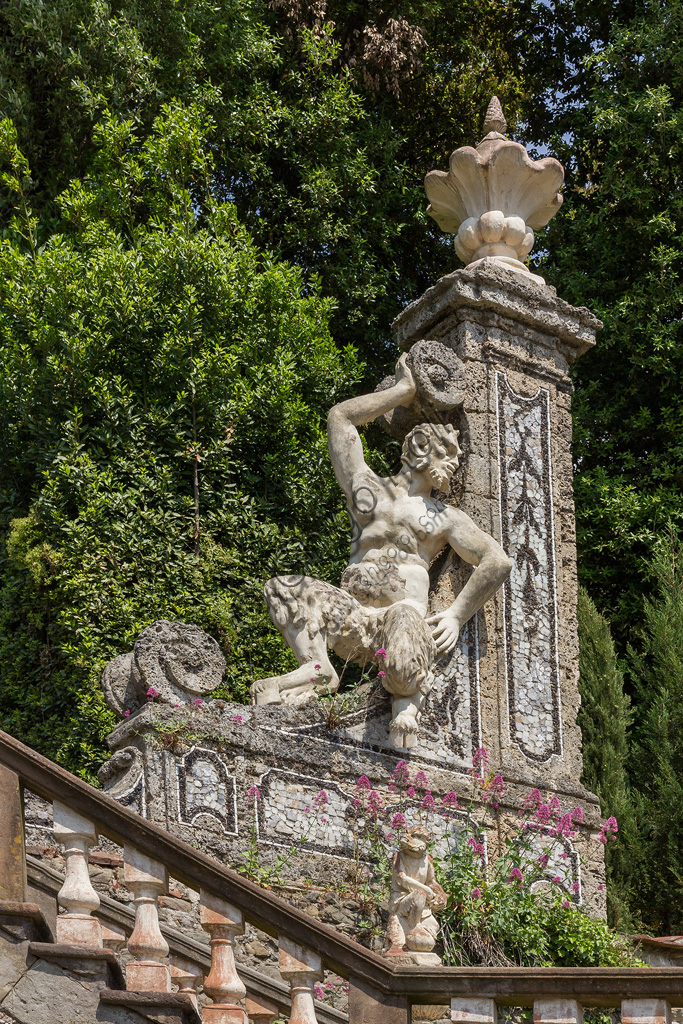 Collodi, Villa Garzoni: il giardino storico: dettaglio di scalinata con statua di satiro .