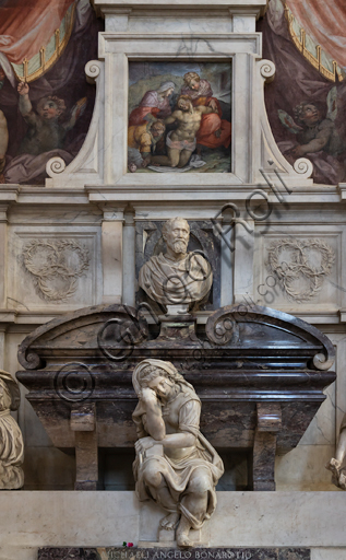 "Basilica of the Holy Cross, right aisle: ""Sepulchre of Michelangelo Buonarroti"", designed by Vasari after the remains of the great artist arrived in Florence from Rome (1564).Detail of the personification of the Sculpture by Valerio Cioli and the bust portraying Michelangelo by Battista Lorenzi.The frescoes are by Giovan Battista Naldini."