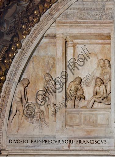 """Genova, Duomo (Cattedrale di S. Lorenzo),  Cappella di San Giovanni, parete Ovest: """"Sepoltura del Battista"""", particolare della lunetta con scene dalla vita di San Giovanni Battista;   bassorilievo (stiacciato) in marmo. La lunetta fu realizzata nel 1496 da Giovanni d'Aria con la collaborazione dei fratelli Michele e Bonino."""