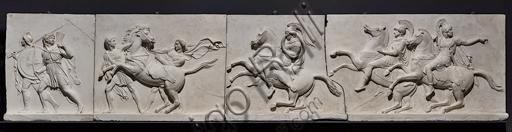 """""""L'ingresso di Alessandro Magno in Babilonia"""", fregio eseguito tra il 1818 e il 1828 da Bertel Thorvaldsen  (1770 - 1844) calco in gesso da un originale in marmo di Carrara. E' concepito come l'incontro tra due cortei che convergono verso il centro, cioè verso la figura di Alessandro Magno che avanza sul carro guidato dalla Vittoria, seguito dal suo celebre destriero Bucefalo e dai suoi soldati carichi di bottino. Di fronte al condottiero la figura allegorica della Pace, riconoscibile dal ramo di ulivo, precede il popolo e i governanti di Babilonia, che offrono i loro doni (cavalli, leoni, pantere…) al vincitore, mentre danzatrici spargono fiori in suo onore.Particolare con soldati e cavalli."""