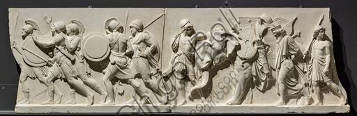 """""""L'ingresso di Alessandro Magno in Babilonia"""", fregio eseguito tra il 1818 e il 1828 da Bertel Thorvaldsen  (1770 - 1844) calco in gesso da un originale in marmo di Carrara. E' concepito come l'incontro tra due cortei che convergono verso il centro, cioè verso la figura di Alessandro Magno che avanza sul carro guidato dalla Vittoria, seguito dal suo celebre destriero Bucefalo e dai suoi soldati carichi di bottino. Di fronte al condottiero la figura allegorica della Pace, riconoscibile dal ramo di ulivo, precede il popolo e i governanti di Babilonia, che offrono i loro doni (cavalli, leoni, pantere…) al vincitore, mentre danzatrici spargono fiori in suo onore.Particolare con soldati."""