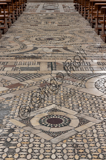 Spoleto, the Duomo (Cathedral of S. Maria Assunta): the floor of the nave. Although reworked, it is still the one with cosmatesque motifs of the Romanesque construction, composed of stone, porphyry and serpentine tiles;