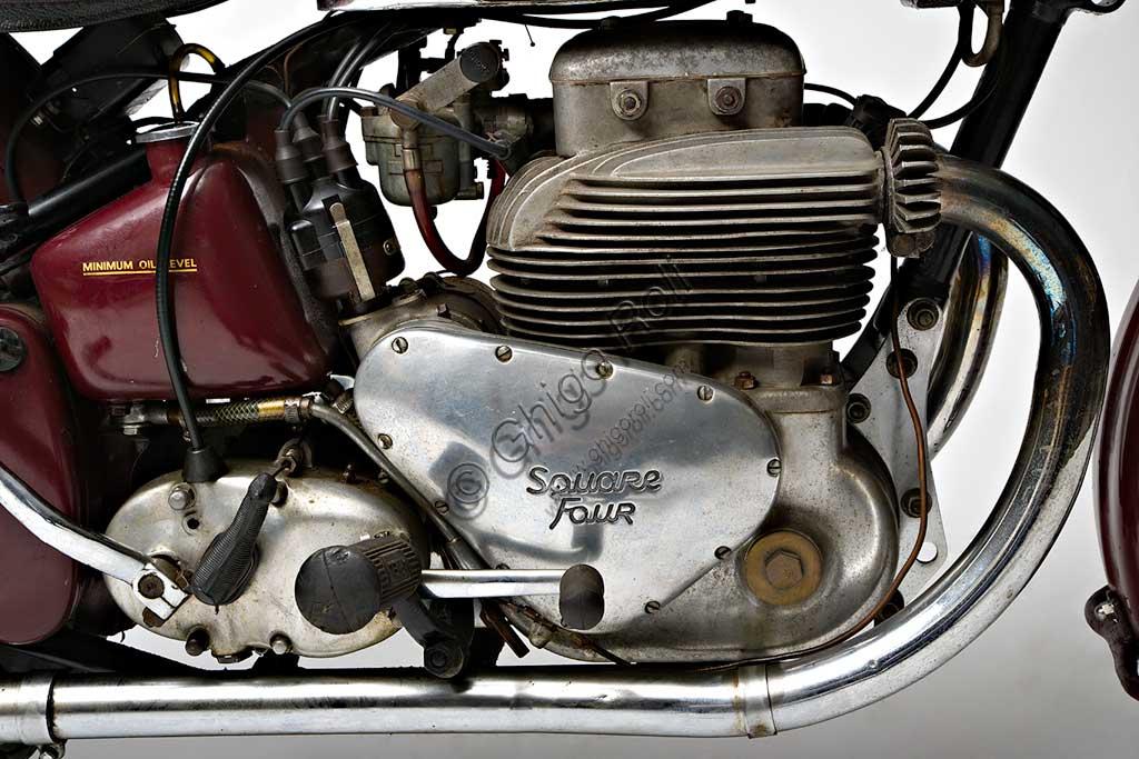 """Moto d'epoca Ariel Square Four Mk1. Motore.Marca: Arielmodello: Square Four Mk1nazione: Regno Unito - Birminghaanno: 1950condizioni: conservatacilindrata: 995 cc (alesaggio e corsa 65 x 75)motore: quattro cilindri """"square""""cambio: a quattro rapportiGià conosciuto come marchio di biciclette a metà ottocento, l'evocativo nome di Ariel, spirito shakespeariano, ricompare nel 1901 legato alla prima motocicletta di una lunga serie, che monta un motore di 211 cc. La fabbrica di Birmingham produce molti mono e qualche bicilindrico, fino al 1931 quando, su disegno di Edward Turners, nasce lo """"Square Four"""" un motore poi divenuto mitico. Con doppio albero motore parallelo e quattro cilindri disposti in quadrato, il suo progetto rimane unico nel panorama motociclistico mondiale.Questo propulsore deve la sua fama anche a una elasticità e a un """"tiro"""" ai bassi proverbiali, al punto da far quasi diventare inutile il cambio a quattro marce. Il modello qui presentato è del 1950, l'ultimo anno in cui comparivano due soli tubi di scarico: i cilindri posteriori infatti, conferivano i gas combusti nel collettore di quelli anteriori all'interno della testa. Fu prodotta fino al '59."""