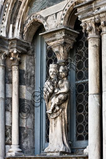 """Genova, Duomo (Cattedrale di S. Lorenzo), lato ovest, la facciata, torre di sinistra, ordine centrale: """"Statua di Madonna con Bambino"""", di scultore genovese (XII secolo)."""