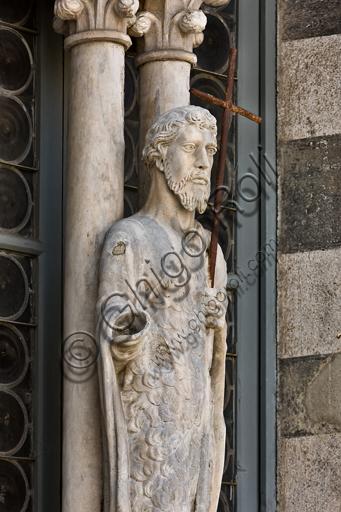 """Genova, Duomo (Cattedrale di S. Lorenzo), lato ovest, la facciata, torre di destra, ordine centrale: """"Statua di S. Giovanni Battista"""",  (seconda metà del XV secolo).Particolare."""