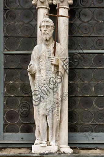 """Genova, Duomo (Cattedrale di S. Lorenzo), lato ovest, la facciata, torre di destra, ordine centrale: """"Statua di S. Giovanni Battista"""",  (seconda metà del XV secolo)."""