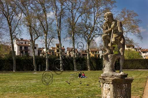Firenze, Giardini di Boboli, l'Emiciclo o Prato delle Colonne: particolare con statua.