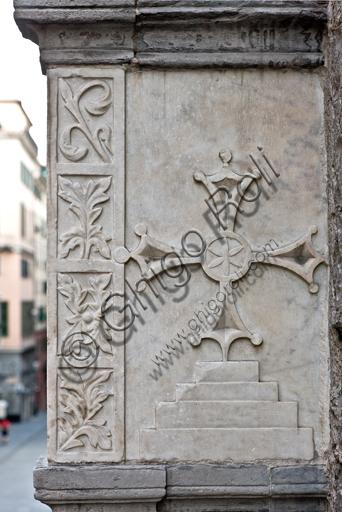 """Genova, Duomo (Cattedrale di S. Lorenzo), fianco sud: """"tomba pensile di Antonio Grimaldi - particolare con stemma araldico dell'ordine dei cavalieri Gerosolimitani"""", (post 1402)."""