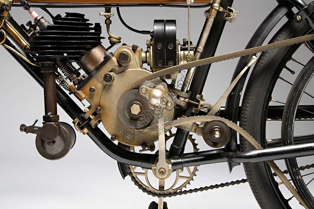 """Moto d'epoca Motosacoche M5Marca: Motosacochemodello: M5nazione: Svizzera - Ginevraanno: 1910condizioni: conservatacilindrata: 241,1motore: monocilindrico a valvole lateralicambio: diretto con trasmissione a cinghiaI fratelli Henry e Armand Dufaux di Ginevra disegnarono un piccolo motore a quattro tempi già nel 1899. Questo motore, """"tascabile"""" perchè poteva essere montato all'interno di qualsiasi telaio di bicicletta, dette il nome alla fabbrica. Nel primo decennio del secolo vennero prodotti diversi modelli di bici a motore, simili a questo, con avviamento a pedali e che poteva raggiungere i 55 km/h; poi questa filosofia venne superata per produrre moto ben più potenti, anche con grossi bicilindrici. Pur costruendo motociclette proprie l'azienda fabbricò anche  i motori M.A.G. (Motosacoche Acacias Geneve) che venivano venduti anche ad altri produttori di moto."""