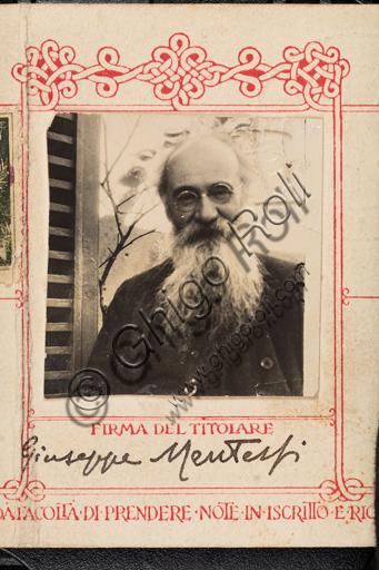 Tessera di riconoscimento per l'accesso ai Musei e alle Gallerie Pontificie, appartenuta a Giuseppe Mentessi (Ferrara, 29 settembre 1857 – Milano, 14 giugno 1931). Ritratto fotografico.