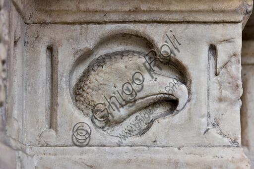 """Genova, Duomo (Cattedrale di S. Lorenzo), lato ovest, la facciata, il portale maggiore:  """"testa di aquila"""", formella figurata della decorazione del basamento,  di Maestro dell'Arca del Battista (1225 circa),"""