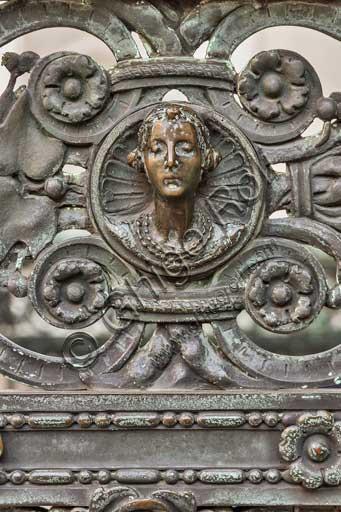 Bergamo, Città alta, Cappella Colleoni, Cancellata in ferro battuto realizzata nel 1912 da Vincenzo Muzio, su disegno di Gaetano Moretti: particolare con testa di donna.