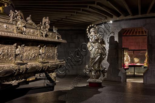 """Genova, Museo del Tesoro della Cattedrale di San Lorenzo: veduta delle sale a """"tholos"""". Architetto Franco Albini, 1954 -1956."""