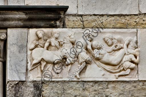 """Genova, Duomo (Cattedrale di S. Lorenzo), lato ovest, la facciata, torre di destra: frammento di fronte di sarcofago con """"Il trasporto funebre di Meleagro"""" (180 - 190 d.C.)."""