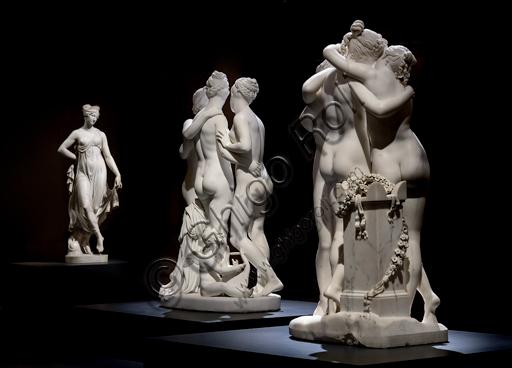 """Tre gruppi statuari in marmo: in primo piano """"Le tre Grazie"""", 1812 -17 di Antonio Canova (1757-1822), al centro """"Le Grazie e Cupido"""", 1820 -22 di Bertel Thorvaldsen (1770-1844) , sullo sfondo, """"Tersicore danzante (Danzatrice)"""", 1820, di Gaetano Matteo Monti (1776 - 1847)."""