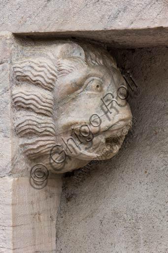Bormio, Collegiata dei Santi Gervasio e Protasio (patroni di Bormio), facciata: particolare di uno dei portali laterali con testa di leone.