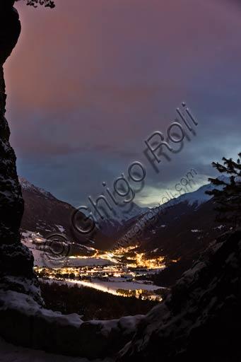 Veduta notturna del comune di Valdisotto in Alta Valtellina.