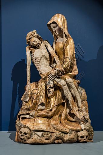 """""""Vesperbild"""" (Pietà), scultura in legno di noce del 1380-1400 proveniente dalla  valle del Reno, culla della scultura Vesperbild che qui nacque nel XIV secolo. La Vergine siede sul Golgota, nel quale sono incassati due teschi."""