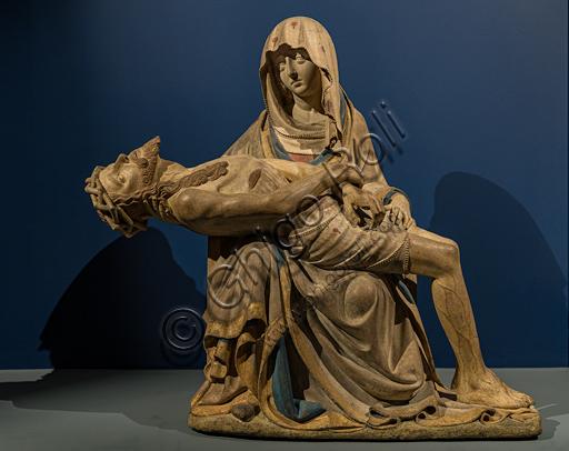 """""""Vesperbild"""" (Pietà), scultura in pietra calcarea, 1430 circa, di scultore boemo (?). Sul velo della Vergine sono raffigurate alcune gocce di sangue."""