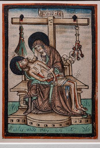 """""""Vesperbild"""" (Pietà), xilografia acquarellata di incisore tedesco, 1450 circa.  Sulla croce sono appesi i simboli della Passione di Cristo."""