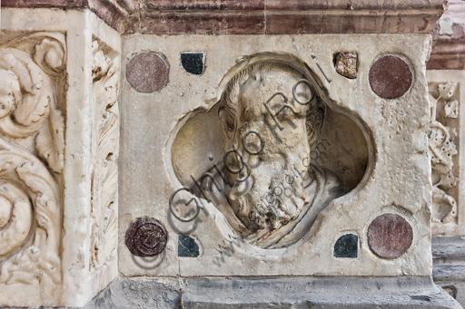 """Genova, Duomo (Cattedrale di S. Lorenzo), lato ovest, la facciata, il portale maggiore: """"Volto di uomo con barba"""", di Maestro dell'Arca del Battista (1225 circa), formella figurata della decorazione del basamento."""