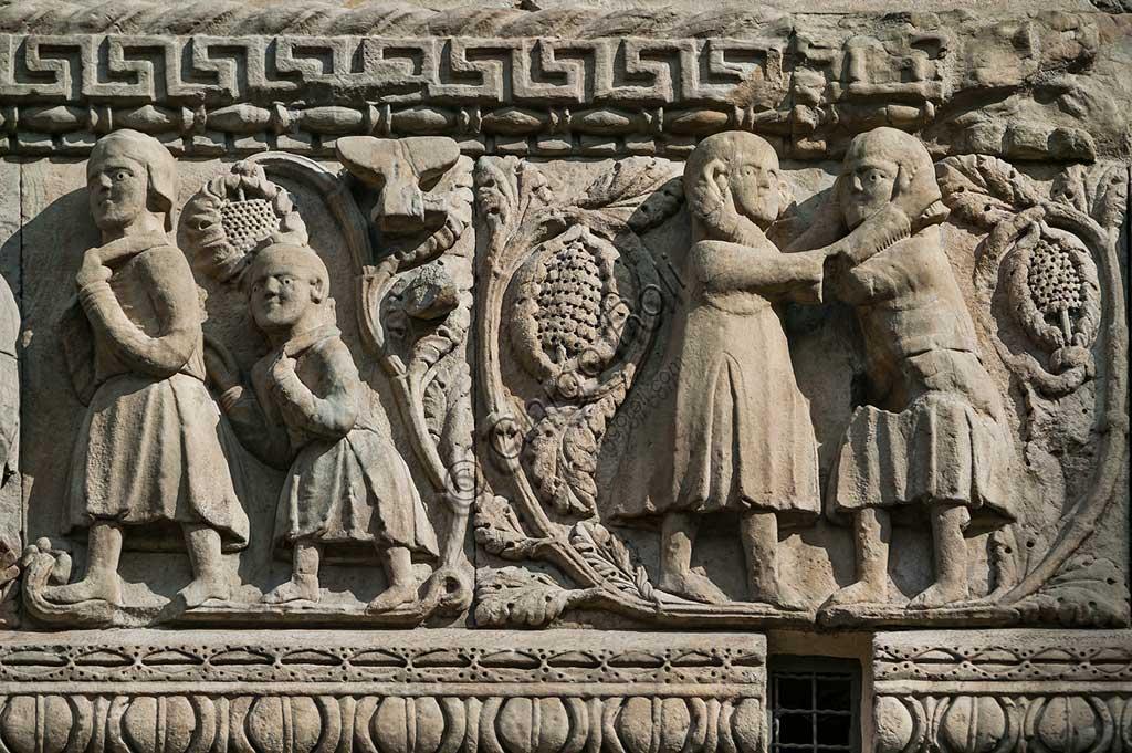 """Fidenza, Duomo (Cattedrale di S. Donnino) , Facciata: bassorilievo di Benedetto Antelami e bottega con """"Storie di Berta, Milone e Rolandino""""; particolare."""