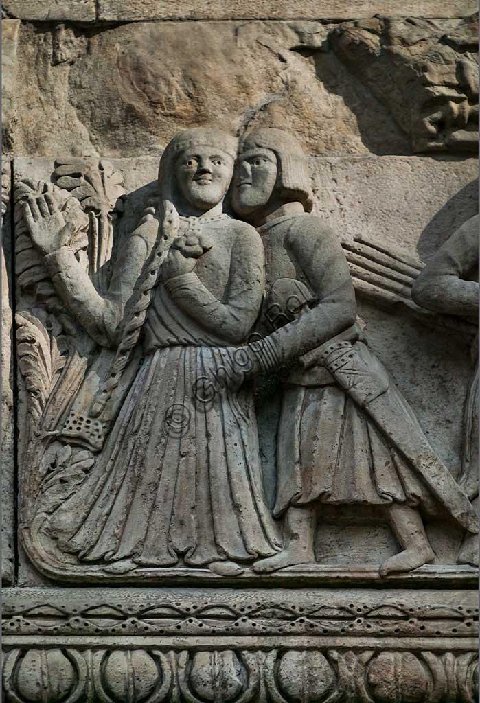 """Fidenza, Duomo (Cattedrale di S. Donnino), Facciata: bassorilievo di Benedetto Antelami e bottega con """"Storie di Berta, Milone e Rolandino""""; particolare con Milone che seduce Berta."""