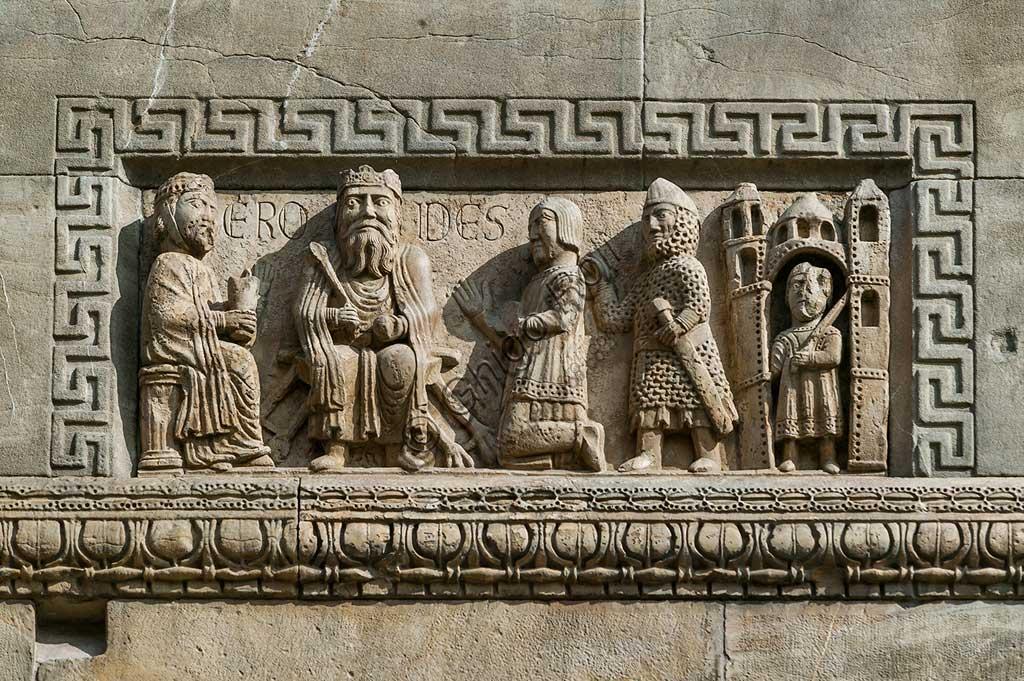 """Fidenza, Duomo (Cattedrale di S. Donnino), Facciata: bassorilievo con """"Re Erode in trono"""", di Benedetto Antelami e bottega."""