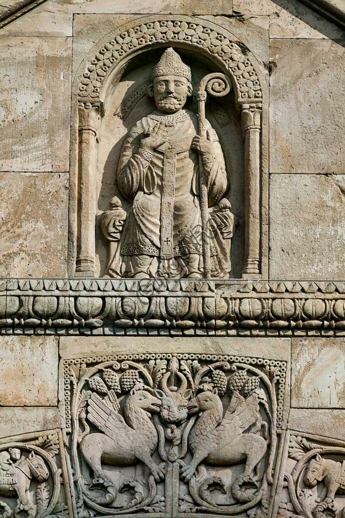 Fidenza, Duomo (Cattedrale di S. Donnino), Facciata,  frontone del portale di destra: l'Arciprete di San Donnino.  Bassorilievo di Benedetto Antelami e bottega.