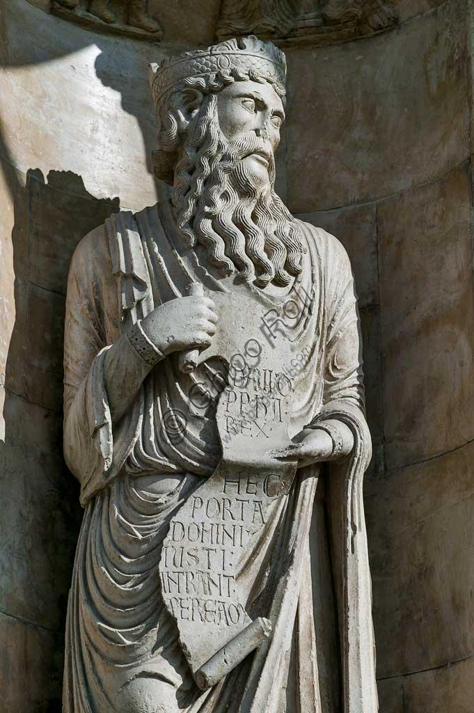 """Fidenza, Duomo (Cattedrale di S. Donnino), Facciata: """"Re David"""", scultura di Benedetto Antelami."""