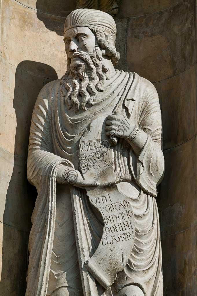 """Fidenza, Duomo (Cattedrale di S. Donnino), Facciata: """"Profeta Ezechiele"""", scultura di Benedetto Antelami. Particolare."""