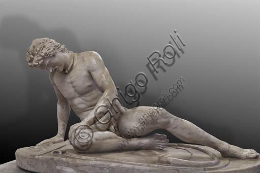 """Roma, Musei Capitolini, Sala del Gladiatore: statua del """"Galata Capitolino"""", da un originale pergameno.Raffigura un Gallo (Galata) ferito."""