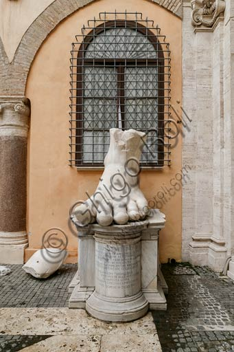 Rome, Capitolines Museums, courtyard of Palazzo dei Conservatori: fragments of a colossal statue of Constantine, from the Basilica of Maxentium.