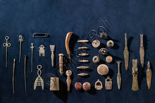 Modena, Museo Civico Archeologico Etnologico: Composizione di oggetti diversi in bronzo e ambra dalle Terramare Modenesi, XVI-XIII sec. a.C.