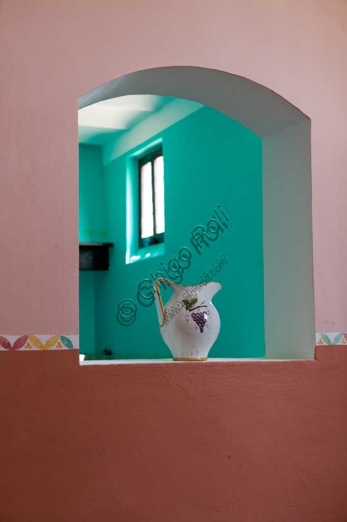 Sagrantino di Montefalco, Cantina Scacciadiavoli: brocca con finestra.