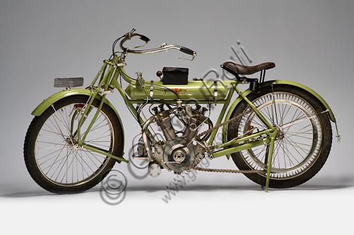 Moto d'epoca Matchless, 700 V Twin. Marca: Matchless / Collier & Sonsmodello: 700 V Twinnazione: Regno Unito - Plumstead   (Londra)anno: 1912condizioni: restauratacilindrata: 680 cc. (alesaggio e corsa 70x88)motore: JAP bicilindrico a V di 50° a valvole in testacambio: variatore graduale a puleggia          e trasmissione a cinghiaH.H. Collier, crea la sua prima moto Matchless nel 1889, dando inizio auna delle più antiche marche britanniche. Lo seguono nell'impresa i figli che sono anche piloti: Charlie, che vince il primo Tourist Trophy della storia nel 1907,  Harry vince nel 1909 e di nuovo trionfa Charlie nel 1910. La Matchless produsse numerosi modelli fino al 1960.