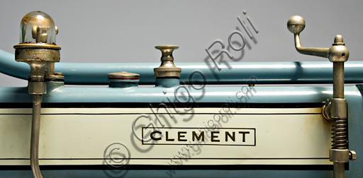 """Moto d'epoca Clément, deux cylindres 3 Hp, Marchio.Marca: Clément (Motosacoche)modello: deux cylindres 3 Hpnazione: Francia - Levallois-Perretanno: 1912 - 13condizioni: restauratacilindrata: 320 cc.motore: Clédiaber """"L"""" bicilindrico a V di 45° a valvole laterali cambio:a due marce con comando a mano al serbatoiotrasmissione finale a catenaGustave Adolphe Clément fonda già nel 1878 una società per la produzione di biciclette. Nel 1891 comincia a fare fortuna commercializzando in Francia su licenza Dunlop una assoluta novità, le gomme pneumatiche. Associatosi nel 1896 con Gladiator comincia a costruire tricicli con motore De Dion-Bouton. Nel 1902 una bicilindrica firmata Clément vince la prima corsa in salita del Mont Ventoux. Nel 1904 scioglie questa società e forma la Clément-Bayard, con la quale produrrà anche automobili esportate in inghilterra col marchio Clément-Talbot. La motocicletta presentata in queste pagine, e commercializzata in Francia da Clément, fu in realtà prodotta a Ginevra dalla Motosacoche, con pochissime varianti rispetto al modello originale in catalogo."""