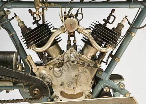 """Moto d'epoca Clément, deux cylindres 3 Hp. Motore.Marca: Clément (Motosacoche)modello: deux cylindres 3 Hpnazione: Francia - Levallois-Perretanno: 1912 - 13condizioni: restauratacilindrata: 320 cc.motore: Clédiaber """"L"""" bicilindrico a V di 45° a valvole laterali cambio:a due marce con comando a mano al serbatoiotrasmissione finale a catenaGustave Adolphe Clément fonda già nel 1878 una società per la produzione di biciclette. Nel 1891 comincia a fare fortuna commercializzando in Francia su licenza Dunlop una assoluta novità, le gomme pneumatiche. Associatosi nel 1896 con Gladiator comincia a costruire tricicli con motore De Dion-Bouton. Nel 1902 una bicilindrica firmata Clément vince la prima corsa in salita del Mont Ventoux. Nel 1904 scioglie questa società e forma la Clément-Bayard, con la quale produrrà anche automobili esportate in inghilterra col marchio Clément-Talbot. La motocicletta presentata in queste pagine, e commercializzata in Francia da Clément, fu in realtà prodotta a Ginevra dalla Motosacoche, con pochissime varianti rispetto al modello originale in catalogo."""