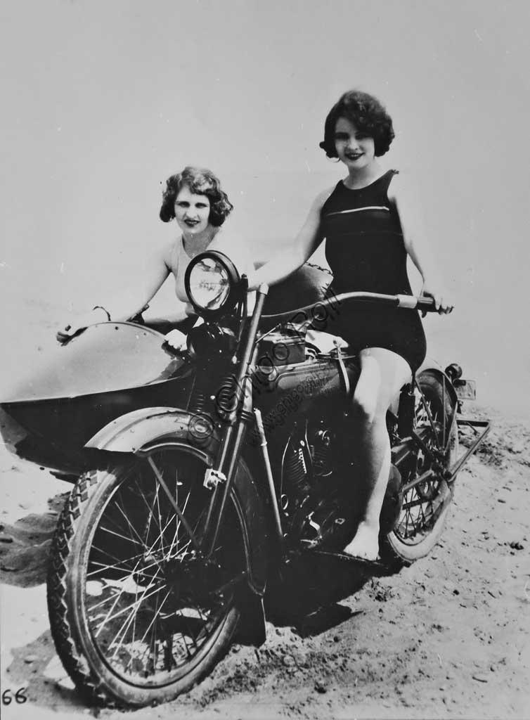 Collezione di moto d'epoca Graziano Dainelli: foto d'epoca di due giovani donne su sidecar Harley Davidson sulla spiaggia di Viareggio.