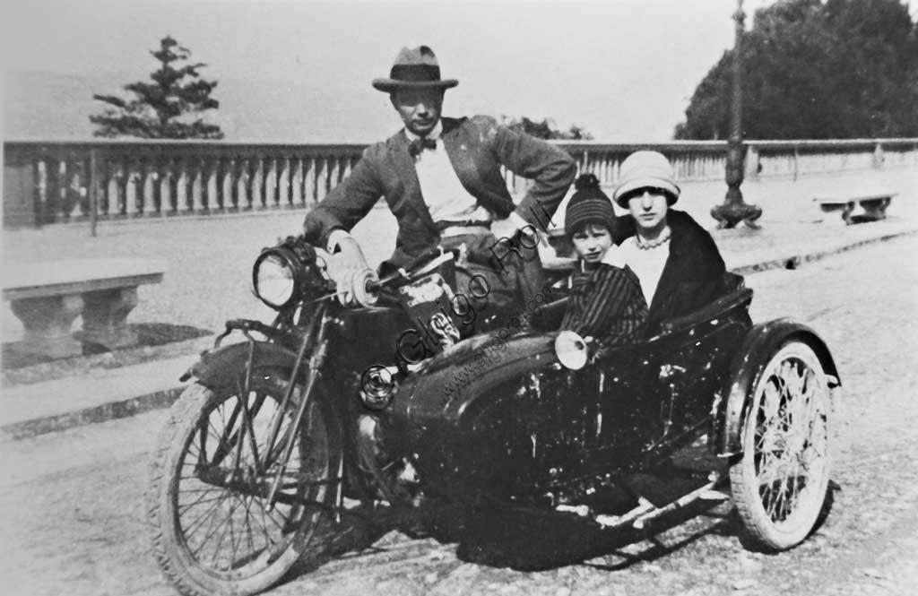 Collezione di moto d'epoca Graziano Dainelli: foto d'epoca di famiglia su sidecar Harley Davidson a piazzale Michelangelo a Firenze.