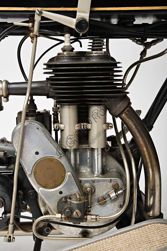 Moto d'epoca Sunbeam Model 5 Lusso 500. Motore.Marca: Sunbeammodello: Model 5Lusso 500nazione: Regno Unito - Wolverhamptonanno: 1926condizioni: restauratacilindrata: 492 cc. (alesaggio e corsa 77 x 105,5)motore: monocilindrico a valvole lateralicambio: a tre velocitàJohn Marston, il fondatore della Sunbeam dal carattere severo, dopo aver iniziato come produttore di stoviglie smaltate, continuò come costruttore di biciclette, ma non guidò mai una moto nè un'automobile che giudicava troppo pericolose...Nonostante questo il suo perfezionismo si riflette nella alta qualità di tutte la produzione Sunbeam. Infatti le sue moto, che furono sempre più care delle altre, ebbero un loro fedele pubblico di estimatori. Il dettaglio qui raffigurato, del carter della catena con vaschetta interna per la lubrificazione, è un esempio di questa cura del dettaglio.Questa Model 5 è uno dei modelli più rappresentativi del periodo d'oro della Sunbeam. Dopo il '30 inizia un lungo declino che vede la Sunbeam prima assorbita dal gruppo AMC, poi dalla BSA e infine, nel 1964, chiusa.