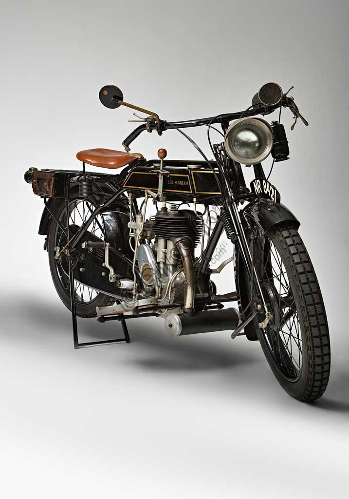 Moto d'epoca Sunbeam Model 5 Lusso 500Marca: Sunbeammodello: Model 5Lusso 500nazione: Regno Unito - Wolverhamptonanno: 1926condizioni: restauratacilindrata: 492 cc. (alesaggio e corsa 77 x 105,5)motore: monocilindrico a valvole lateralicambio: a tre velocitàJohn Marston, il fondatore della Sunbeam dal carattere severo, dopo aver iniziato come produttore di stoviglie smaltate, continuò come costruttore di biciclette, ma non guidò mai una moto nè un'automobile che giudicava troppo pericolose...Nonostante questo il suo perfezionismo si riflette nella alta qualità di tutte la produzione Sunbeam. Infatti le sue moto, che furono sempre più care delle altre, ebbero un loro fedele pubblico di estimatori. Il dettaglio qui raffigurato, del carter della catena con vaschetta interna per la lubrificazione, è un esempio di questa cura del dettaglio.Questa Model 5 è uno dei modelli più rappresentativi del periodo d'oro della Sunbeam. Dopo il '30 inizia un lungo declino che vede la Sunbeam prima assorbita dal gruppo AMC, poi dalla BSA e infine, nel 1964, chiusa.