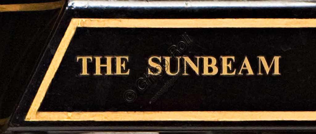 Moto d'epoca Sunbeam Model 5 Lusso 500. Marchio.Marca: Sunbeammodello: Model 5Lusso 500nazione: Regno Unito - Wolverhamptonanno: 1926condizioni: restauratacilindrata: 492 cc. (alesaggio e corsa 77 x 105,5)motore: monocilindrico a valvole lateralicambio: a tre velocitàJohn Marston, il fondatore della Sunbeam dal carattere severo, dopo aver iniziato come produttore di stoviglie smaltate, continuò come costruttore di biciclette, ma non guidò mai una moto nè un'automobile che giudicava troppo pericolose...Nonostante questo il suo perfezionismo si riflette nella alta qualità di tutte la produzione Sunbeam. Infatti le sue moto, che furono sempre più care delle altre, ebbero un loro fedele pubblico di estimatori. Il dettaglio qui raffigurato, del carter della catena con vaschetta interna per la lubrificazione, è un esempio di questa cura del dettaglio.Questa Model 5 è uno dei modelli più rappresentativi del periodo d'oro della Sunbeam. Dopo il '30 inizia un lungo declino che vede la Sunbeam prima assorbita dal gruppo AMC, poi dalla BSA e infine, nel 1964, chiusa.