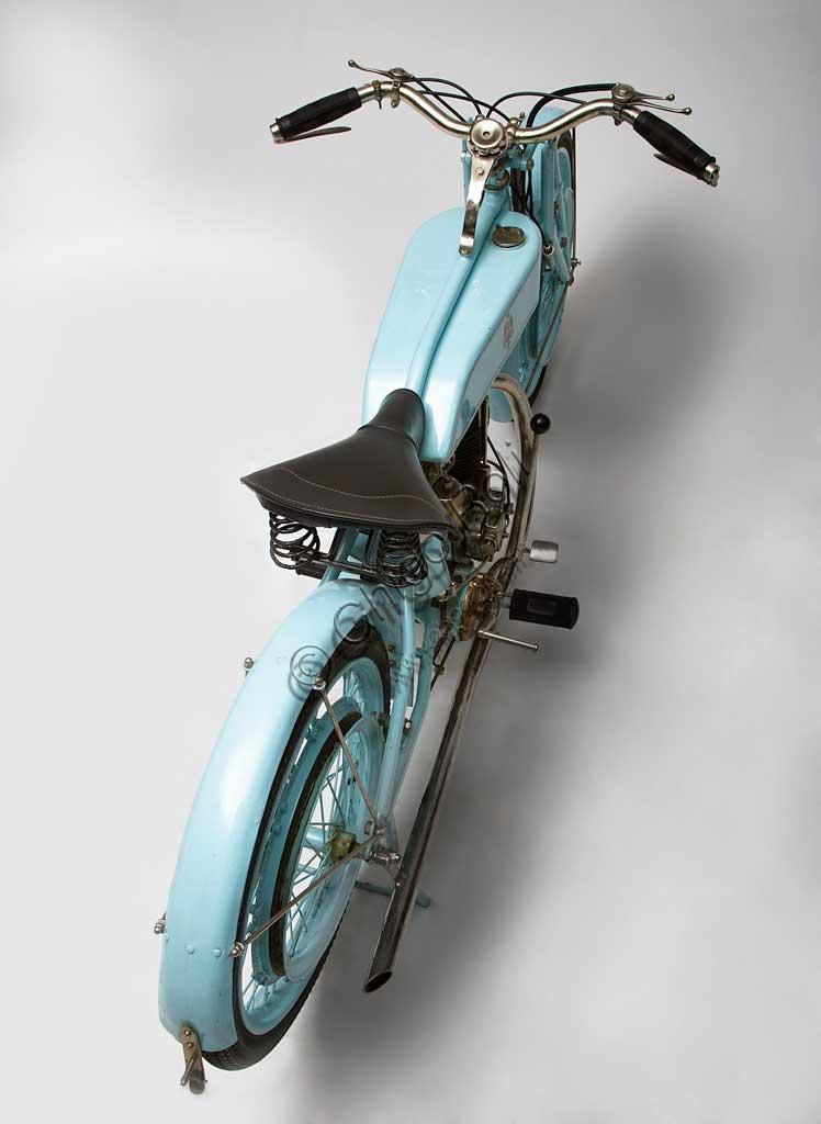 """Moto d'epoca Bianchi P 175 Marca: Bianchimodello: P 175nazione: Italia - Milanoanno: 1927 - 8condizioni: restauratacilindrata: 170,8 (alesaggio e corsa 57 x 67)motore: monocilindrico a valvole in testacambio: a due rapportiQuesta piccola 175, ancora poco più di una bicicletta nella ciclistica, ma già molto raffinata nella meccanica,  viene prodotta nella seconda metà degli anni '20.Sono gli anno d'oro della """"Freccia Celeste"""". La 350, progettata da Mario Baldi, miete vittorie su vittorie, condotta da Varzi, Maffeis, Ghersi, Moretti, Arcangeli, Dall'olio e Saetti, ma sopratutto, da Tazio Nuvolari."""