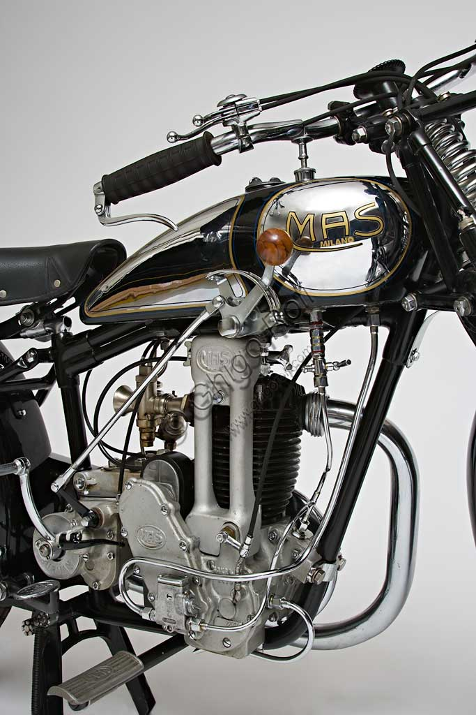 Moto d'epoca Mas 109 L - 175 ccMarca: Masmodello: 109 Lnazione: Italia - Milanoanno: 1932condizioni: restauratacilindrata: 174 (alesaggio e corsa 60 x 61,5)motore: monocilindrico a valvole in testcambio: a tre rapportiL'ingegner Alberico Seiling, nato a Terni, fonda nel 1922 a Milano la M.A.S. (Motori Ausiliari Seiling, che poi diverrà Motocicli Alberico Seiling). Seguendo un percorso comune a molti altri in questo periodo, prima importa motori dall'estero che applica alle biciclette, poi inizia a costruirne di propri e infine crea vere motociclette diventando uno dei produttori più prolifici  e geniali. (Per inciso ricordiamo che il confine tra bicicletta a motore e motocicletta è dato dal peso del motore che come stabilito per legge, non doveva superare i 17 chili). Nel '26 produce la prima 109 L con motore di 175 cc. Nello stesso anno questo modello condotto da Seiling medesimo, vince la Milano Pasubio categoria 175.Questo modello, con continui perfezionamenti, sarà prodotto ancora per anni, regalando numerosissime vittorie all'azienda.