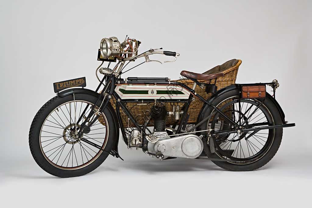 Moto d'epoca Triumph H SideMarca: Triumphmodello: H Sidenazione: Regno Unito - Coventryanno: 1918condizioni: restauratocilindrata: 550,1 (alesaggio e corsa 85 x 97)motore: quattro tempi a valvole lateralicambio: Sturmey Archer a tre rapportitrasmissione finale a cinghiaDopo aver prodotto biciclette per alcuni anni, nel 1902 la Triumph, casa fondata da tre immigrati tedeschi, costruisce la sua prima bicicletta a motore con motorizzazione Minerva. A questa fanno seguito alcuni modelli sempre motorizzati da altri, fino al  1905 quando inizia la produzione della prima motocicletta costruita interamente in casa Triumph.  Nel 1915 esce il modello H, di cui qui presentiamo un elegante esemplare con motocarrozzetta. Monta un motore disegnato da Mauritz Schülte, uno dei tre soci, ed è concepita per l'esercito. Si rivela però talmente affidabile e piacevole da condurre che, nel dopoguerra, conoscerà una grande diffusione anche tra i privati, dando inizio a quel successo che farà della Triumph una delle più prestigiose marche britanniche.