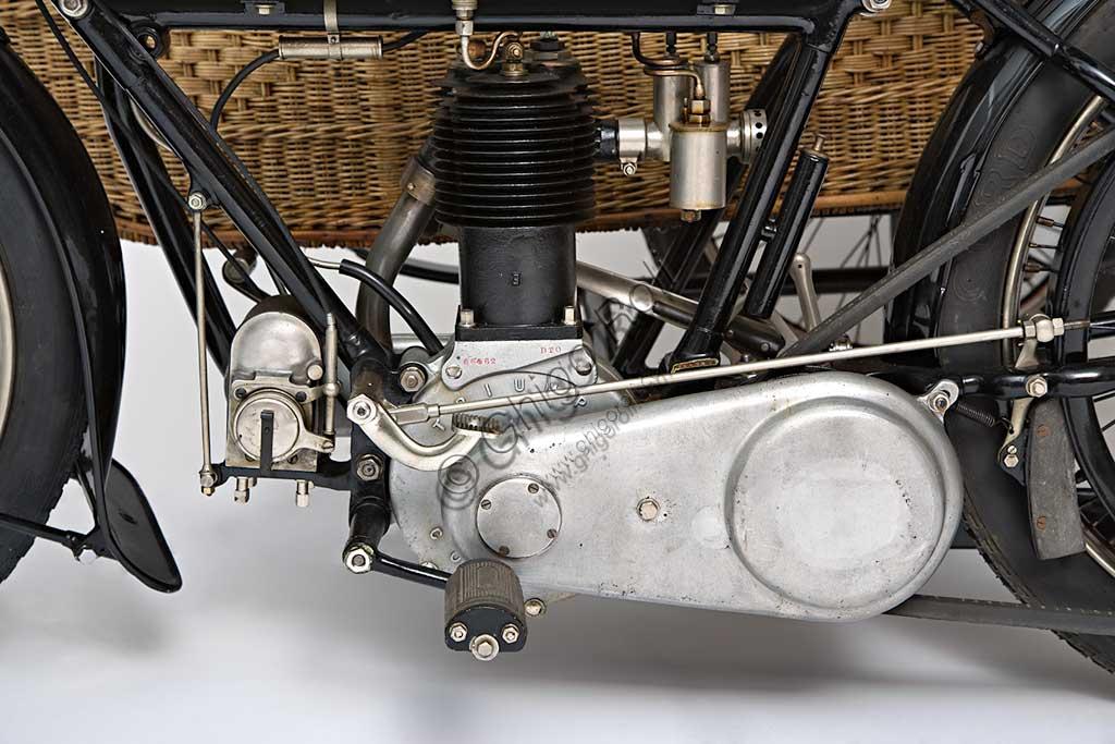 Moto d'epoca Triumph H Side. Motore.Marca: Triumphmodello: H Sidenazione: Regno Unito - Coventryanno: 1918condizioni: restauratocilindrata: 550,1 (alesaggio e corsa 85 x 97)motore: quattro tempi a valvole lateralicambio: Sturmey Archer a tre rapportitrasmissione finale a cinghiaDopo aver prodotto biciclette per alcuni anni, nel 1902 la Triumph, casa fondata da tre immigrati tedeschi, costruisce la sua prima bicicletta a motore con motorizzazione Minerva. A questa fanno seguito alcuni modelli sempre motorizzati da altri, fino al  1905 quando inizia la produzione della prima motocicletta costruita interamente in casa Triumph.  Nel 1915 esce il modello H, di cui qui presentiamo un elegante esemplare con motocarrozzetta. Monta un motore disegnato da Mauritz Schülte, uno dei tre soci, ed è concepita per l'esercito. Si rivela però talmente affidabile e piacevole da condurre che, nel dopoguerra, conoscerà una grande diffusione anche tra i privati, dando inizio a quel successo che farà della Triumph una delle più prestigiose marche britanniche.