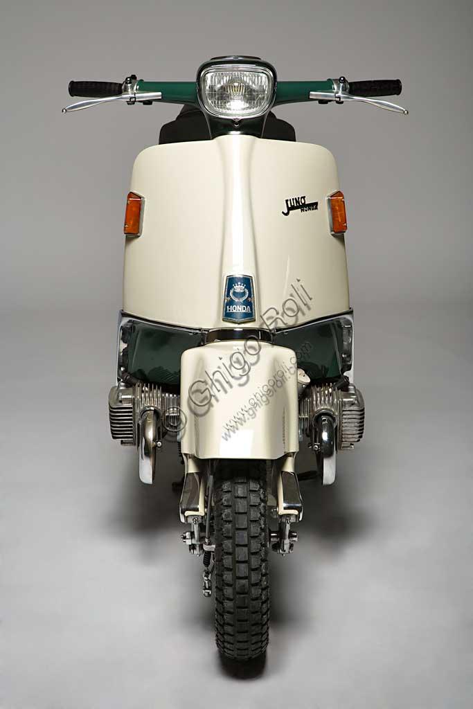 Moto d'epoca Honda Juno M 85. Scooter.Marca: Hondamodello: Juno M 85nazione: Giapponeanno: 1963condizioni: restauratocilindrata: 168,9 (alesaggio e corsa 50 x 43)motore: bicilindrico boxer a valvole in testacambio:  mediante variatore idraulico continuoAnche il colosso giapponese tentò la strada degli scooter. Questo Juno M 85, continuando un progetto iniziato negli anni '50, è probabilmente lo scooter dalla meccanica più raffinata che si conosca. Fu schiacciato in patria dalla concorrenza degli scooter Fuji e Mitsubishi. In Europa non arrivò mai. Ne esistono solo due esemplari.