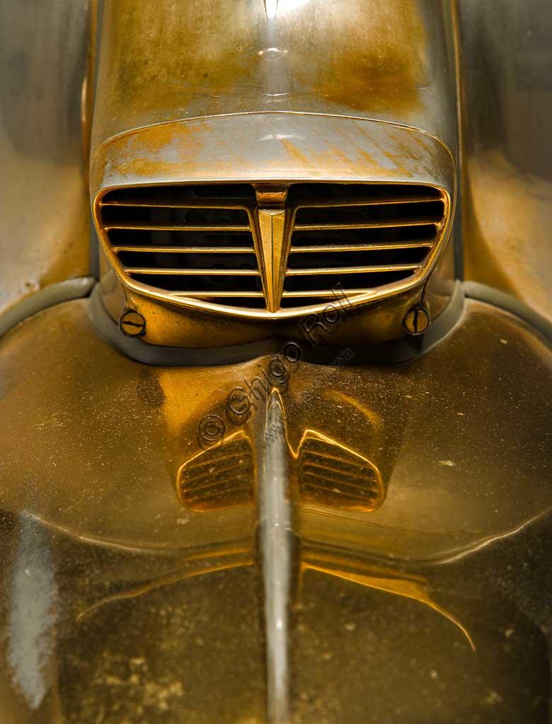Moto d'epoca Lambretta TV  175. Scooter.Marca: Innocenti modello: Lambretta TV 175 III Serie nazione: Italia - Milanoanno: 1962condizioni: conservatacilindrata: 175 (alesaggio e corsa 62 x 58)motore: monocilindrico a due tempicambio: a quattro rapporti con comando al manubrioProgettata nella seconda metà degli anni '50 e prodotta a partire dal '57 con la prima serie, la Tv fu una delle Lambrette di maggior successo.  La TV Terza Serie introduce, primo tra gli scooter, il più sicuro freno a disco anteriore (che però non si vede, racchiuso come è in una protezione che lo ingloba al mozzo).Questo esemplare, unico al mondo, è interamente placcato in oro in ogni suo componente. Lo ordinò così per sé Jayne Mansfield, dopo essere stata testimonial pubblicitario per il lancio della Lambretta Terza Serie ed essersi innamorata dello stile di questo scooter.  La biondissima attrice morì in un incidente stradale senza averla mai ritirata e questa Lambretta rimase per molti anni in un angolo dei capannoni di Lambrate.