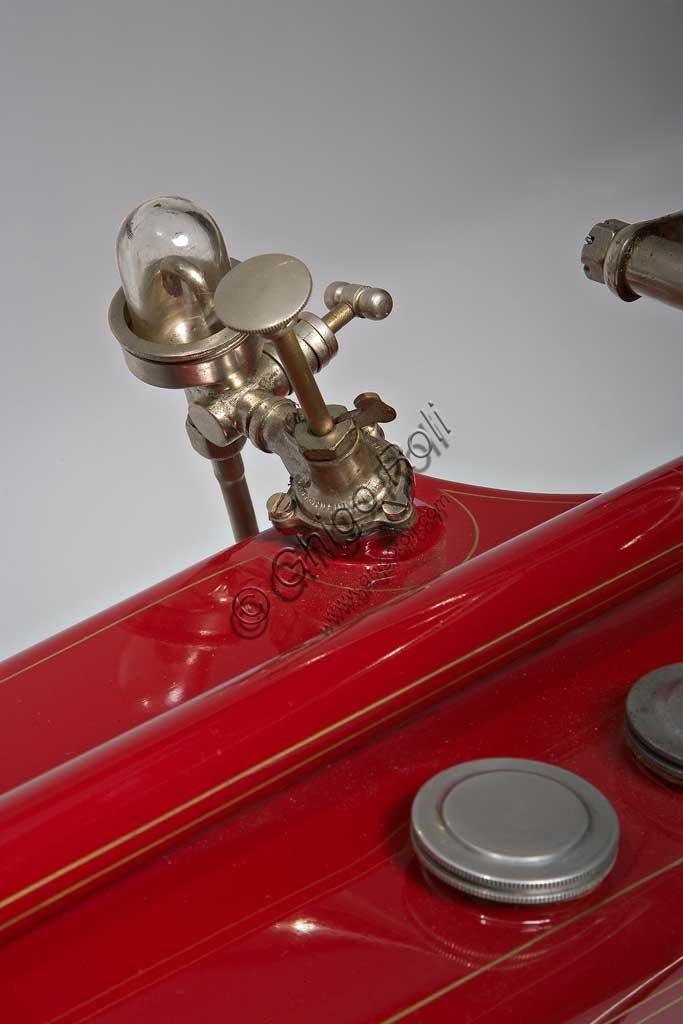 Moto d'epoca Galloni 750 SSfabbrica: MG - Moto Gallonimodello: 750 SS fabbricata in: Italia - Borgomaneroanno di costruzione: 1920-21condizioni: restauratacilindrata: 744 cc (alesaggio e corsa: 76 x 82)motore: bicilindrico a V, a valvole lateralicambio:a mano a tre rapportiAlberto Galloni, titolare della MG di Borgomanero, costruisce la sua prima moto da corsa nel 1919. In sella a questa bicilindrica il pilota Miro Maffeis si aggiudica alcuni record mondiali. L'anno successivo inizia la produzione di serie con una due tempi ed una 500 quattro tempi bicilindrica. La fabbrica rimarrà attiva fino al 1932, creando una decina di modelli, alcuni dei quali  raccolsero diversi successi in campo sportivo con i piloti Augusto Rava e Alfredo Panella. L'esemplare qui mostrato divide con un'altra moto simile di 500 cc, l'onore di essere l'unica superstite nota di tutta la produzione. Elegante nelle forme e nelle soluzioni tecniche, ha cilindri e teste nichelati, tappi delle teste interamente alettati, serbatoio a due scomparti con dosatore regolabile, forcella elastica brevettata a due molle in compressione. Monta un freno a tamburo sulla ruota posteriore.